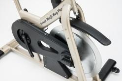 ペダルの踏力はベルトドライブでフライホイールに伝えられる。これも静音性を高める工夫。最新モデルでは負荷装置とドライブトレインをカバーで覆い、汗によるサビ対策もバッチリだ