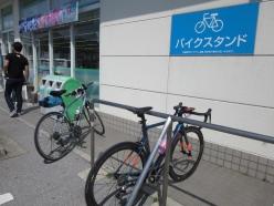 県内に280カ所以上ある「サイクルサポートステーション」は、ラックや空気入れの貸出しなどサイクリストフレンドリー。こちらのファミリーマート近江八幡白王町店には、サイクリストが一日250人訪れる
