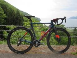 今回使用したバイク「BASSO ディアマンテ SV」今回、路面状況がよくないシーンでも快適性を発揮してくれた。スパルタンなカラーリングも他にはない力強さを感じる。フレーム価格:49万8000円(税抜)