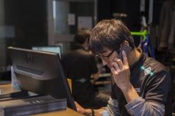 インターネットでの査定依頼や電話での問い合わせに忙しく対応するスタッフ達