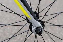 フロントフォークは、ブレードがやや細身で緩やかにカーブしたベンドタイプ。形はソレイスのものと似ており、路面からの突き上げを効果的にいなしてくれる