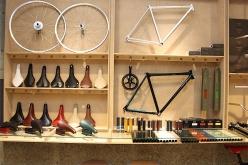 加島サドル製作所、スギノエンジニアリングの製品が並ぶ