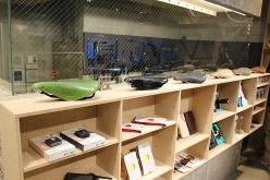 店の一番奥にメカニックスペースがあり、常駐スタッフが組立、メンテナンスを行う
