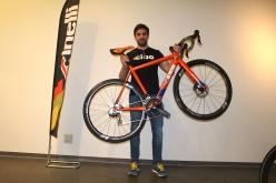 発表会ではゲストとして、チネリのセールスマネージャーであるパオロ・バイレッティ氏も来日。彼は2012年までプロロード選手として活躍し、現在でも片道70kmのロードバイク通勤をこなすという