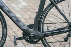 BBまわりは、接合部の面積が広いマッシブなデザイン。エアロバイクにありがちなBBまわりの剛性不足を解消する。シートチューブは後輪との隙間を減らし、空力性能を高めている