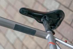 ダウンチューブの裏側には厚さ2mmのシリコン製ショルダーパッドが装着されている。トレイルに入った際にバイクで走れないコースを担ぎでクリアすることを想定したもので、肩への負担を軽減する