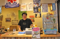 富士見湯支配人の植松怜央さんのチョイスでマンガがそろえられる