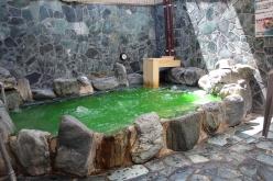 露天風呂は日替わり湯。この日は「緑茶の湯」