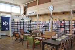 入り口すぐの休憩室には6000冊を超えるマンガや雑誌がズラリと並ぶ