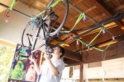 台に上ってラックへ自転車を吊す。複数台ある場合は前後逆に吊っていく