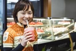 併設された「SAISAICAFE」では、今治の果物を使ったスイーツを楽しめる。佐藤さんは旬のイチゴジュース(500円)をチョイス