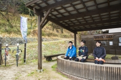 温泉マニアがその泉質を絶賛するという「鈍川温泉」は仙遊寺から自転車で5kmほどの距離に。サイクルラックが併設された足湯も設けられている。(休日のみの営業)