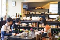 有機玄米や全粒穀物・豆・野菜・海藻を季節に合わせて提供する、カフェ・マグノリアでゆったりとくつろぎながら休憩タイム