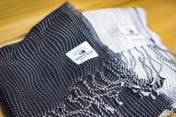 綿織物の産地として有名な今治。100年前の織機を復元し、再び当時の織物生産を可能にした「工房織座」に寄り道。あたたかみのある風合いを持ち、独創的な模様のマフラーを織り上げる