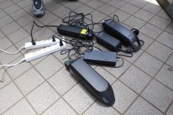 屋外にコンセントを設置。基本的にシマノ製充電器は用意されている。現在のeバイクの充電器はコンパクトなので、バッグに入れて持ち運んでおくことも容易