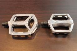 バイクのサイズごとに、大きさが異なるアルミ素材のペダルがそれぞれのモデルに付属する。ペダルもバイクに合わせてブラック、シルバーの2色が用意されている