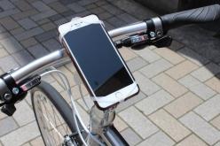 ステムにスマートフォンを固定できるスマートフォンホルダーが標準装備される。地図アプリを利用したり、音声ナビゲーションを利用する際に非常に便利なアクセサリーだ