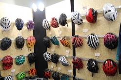 エントリーグレードからエアロヘルメットのイヴェードまで、ヘルメットも試着可能