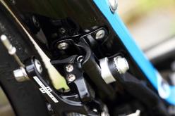 フロントディレーラー台座はアルミ製台座のフレーム取り付け部は大きな面を持ち、フロントディレーラーのサポートボルトを受け止めることができる