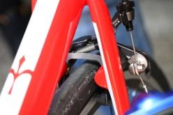 リヤブレーキもダイレクトマウントタイプで、シートステーに取り付ける。アルテグラ、105グレードを使う場合はステンレス製ブースターが必要