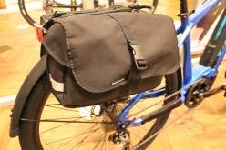 ちょっとした荷物を運ぶのに便利なリアキャリア。オプションパーツでバッグなどを付けることができる