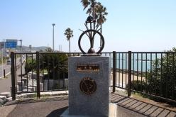 三浦半島の各地に設置されている「マイルストーン」。こちらは水仙。それぞれをまわって写真に納めたい