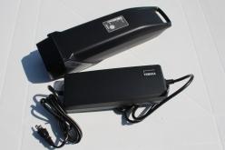バッテリーの脱着にはカギが必要。充電器はバッグ等に入れて持ち運ぶことができるサイズだ