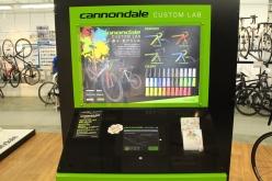 店内にはキャノンデールのカラーオーダーシステム・カスタムラボを設置