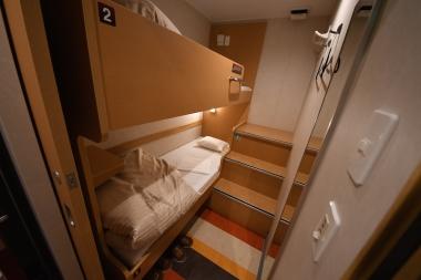 2段ベッドのシングルプラス( 2等寝台)。同行者のみ同室となる。シング ル(2等寝台)まで完全個室化だ