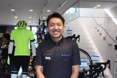 協力してもらうのはジャイアントストア二子玉川。まずは松村闘店長よりバイクの詳しい説明を受ける