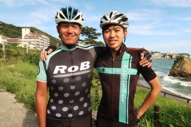左からチームジャージとカペルミュール×RoBコラボ限定ジャージ Photo:サイクルスポーツ編集部