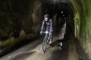 300mの素掘のトンネルは、クルマがやっと通れるサイズ。最初はビビったが、途中からテンションアップ。小学生になった気分パート2