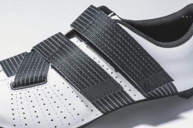 ●ほとんどのベルクロクロージャーは単にアッパーの2つの側面を引っ張るだけだが、このモデルはリボンのように太いストラップが足を包み込む