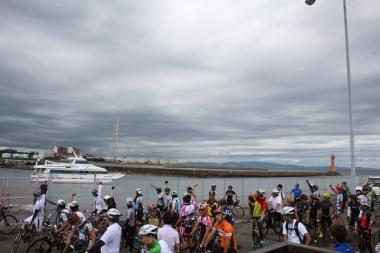 深日港と淡路島の洲本港を片道55分で結ぶ「深日洲本ライナー」は、スポーツバイクの積載スペースを設け、南大阪のサイクリストも淡路島へのアクセスが容易になる