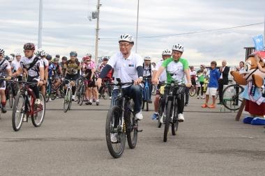 パナソニックのeバイク(電動アシストスポーツバイク)「XM2」で試走会に出発する竹内大阪副知事と尾花和歌山市長
