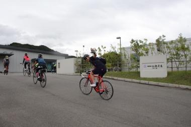 1つ目の立ち寄りスポット、月化粧を製造する青木松風庵の岬工場に自転車で入っていく
