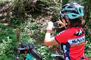 宮本さんに教えてもらい標識を発見 Photo:サイクルスポーツ編集部