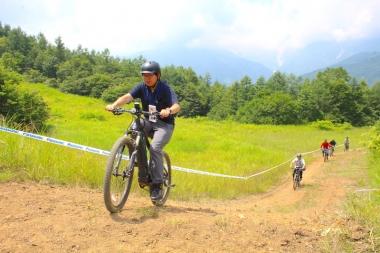 スポーツバイク経験が少ないという人でも、アシストによって簡単にMTB体験ができるのがeMTBの魅力だ