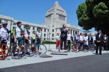 式典であいさつする自転車活用推進議員連盟の会長代行、河村建夫議員
