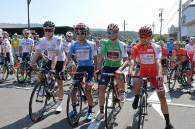 スタート地点でジャージ着用者が並ぶ。いなべはキナンサイクリングチームのホームステージだ