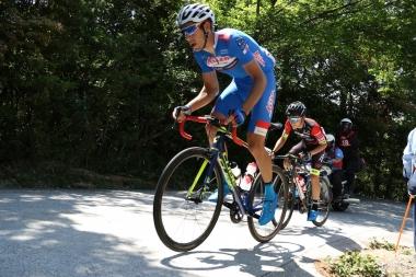 1周目から逃げに入ったモニエと小石が通称イナベルグの急坂を上る