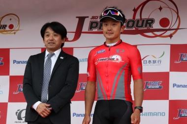 2018シーズンで圧倒的な強さを見せたチームブリヂストンサイクリングの窪木一茂(右)と片山理事長(左)