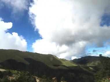 森林限界を超えた山頂はまさに絶景。少なくとも最後まで足は着かなかった