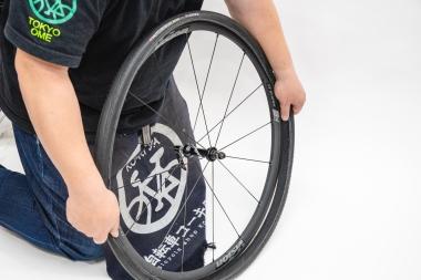 両手を使い、タイヤの片側をホイールにはめる