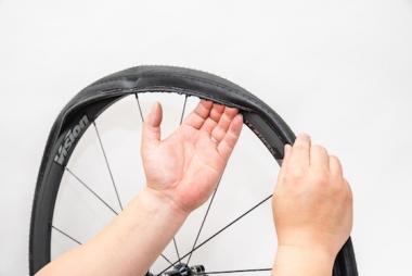1/4外れたら、指で外方向に引っ張るようにしてずらすと一周一気に外れる