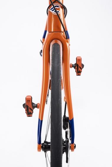 タイヤは前後とも28mm幅まで対応。ディスクブレーキ仕様は写真のブルーバーンズオレンジのみで、リムブレーキ仕様はイタロ79ホワイトのみ