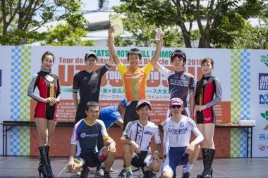 チャンピオンクラス優勝の加藤大貴選手(中央)。タイムは1時間26秒