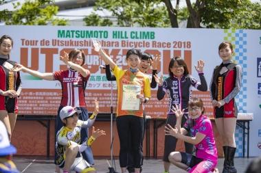 一般女子優勝の豊島典子選手(中央)。タイムは1時間15分