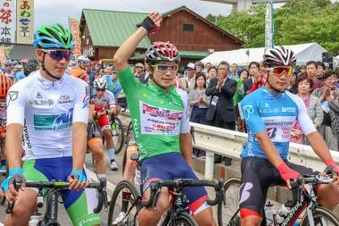 ジャージ着用者が選手たちの前に並ぶ。総合のグリーンジャージは昨日ステージ優勝を飾った岡(中央)