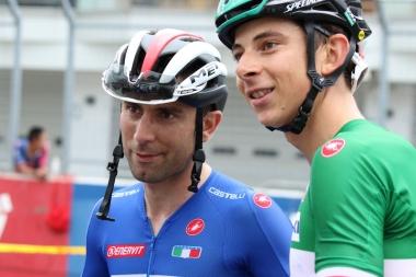 1、2フィニッシュを果たしたウリッシとフォルモロが笑顔で写真撮影
